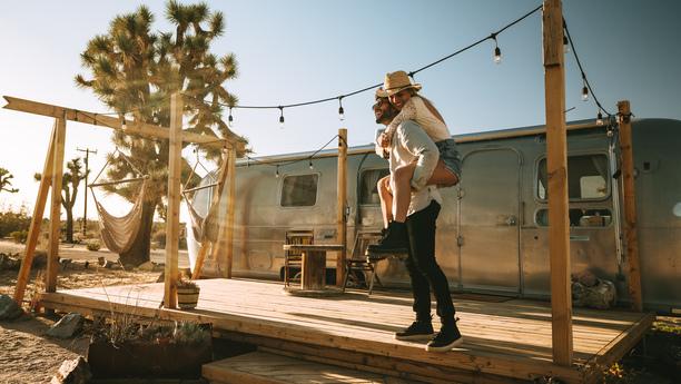 couple caravane desert summer