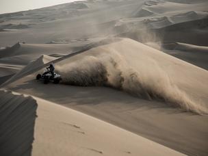 guy quad desertic road