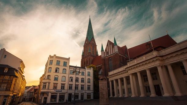 Unsere Sixt Autovermietung in Schwerin am Hauptbahnhof freut sich auf Ihren Besuch!