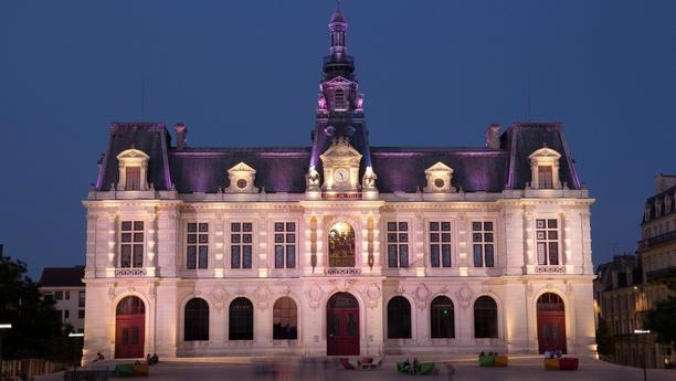 Mieten Sie ein Auto in Poitiers am Bahnhof und erleben Sie Westfrankreich