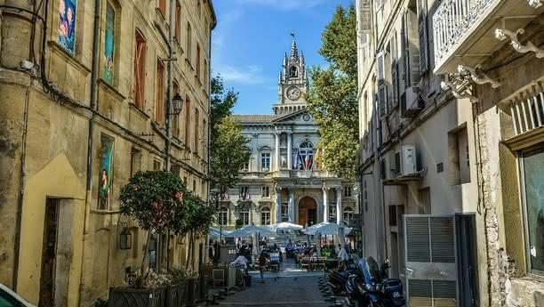 Ein Auto mieten und nach Avignon fahren