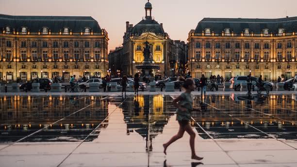 Bienvenue, seien Sie herzlich willkommen in Bordeaux, unserer bezaubernden Stadt der Künste