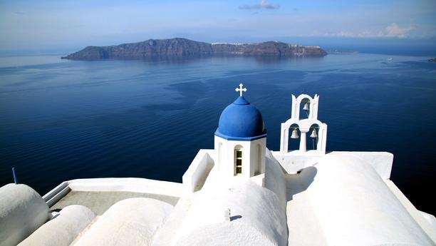 Descubra los rincones más maravillosos de Santorini con un vehículo de Sixt