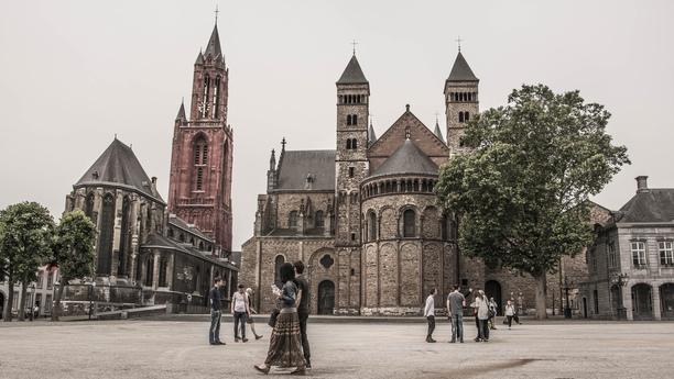 Descubra barrios históricos, castillos y naturaleza con un coche de alquiler en Maastricht