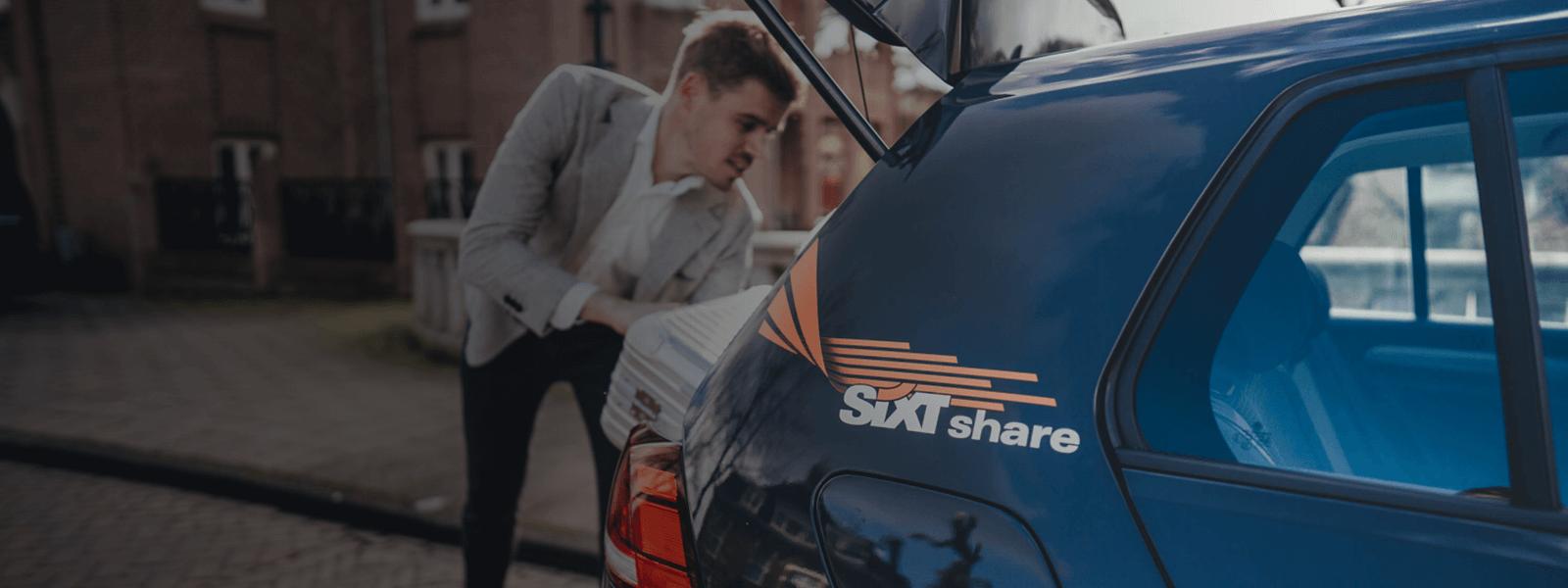 zakenman legt koffer in SIXT share Volkswagen e-Golf